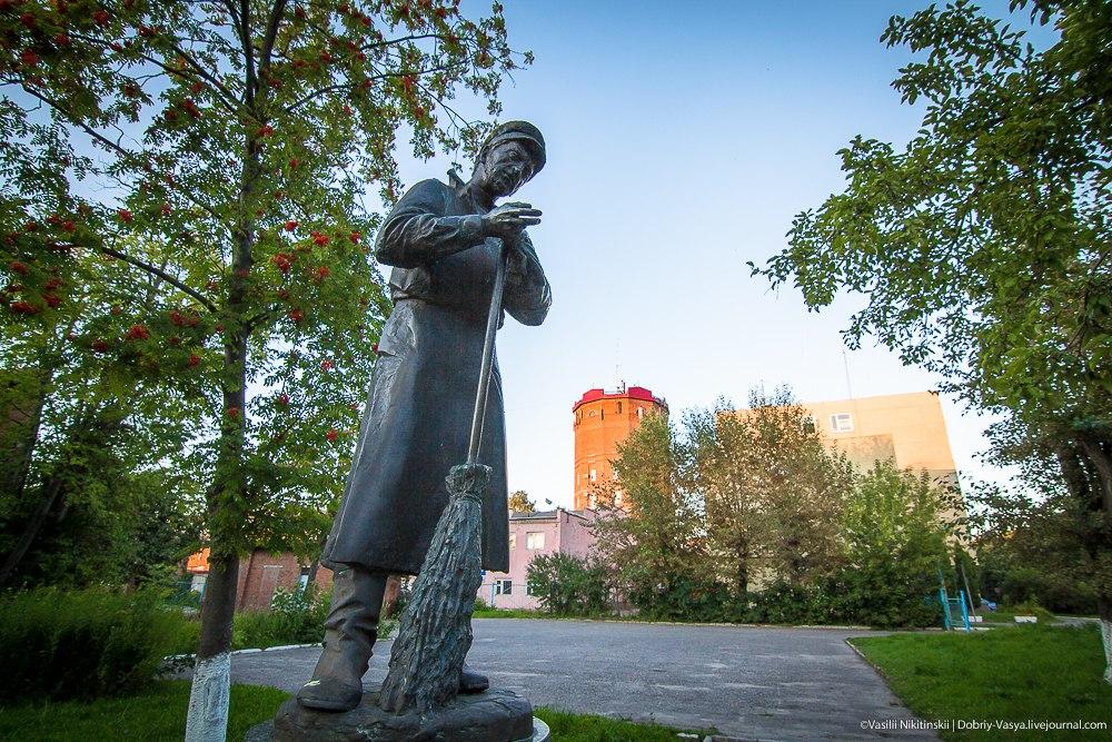 Памятник дворнику во Владимире 03