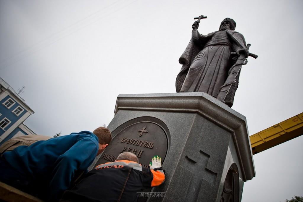 Установка памятника князю Владимиру 01
