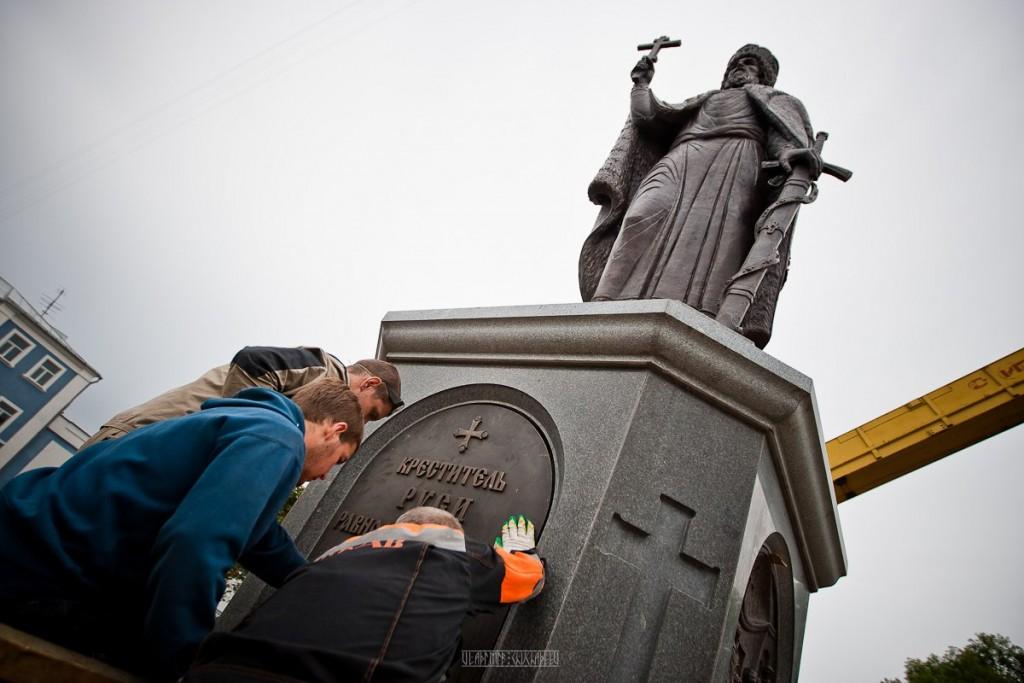 Установка памятника князю Владимиру 02