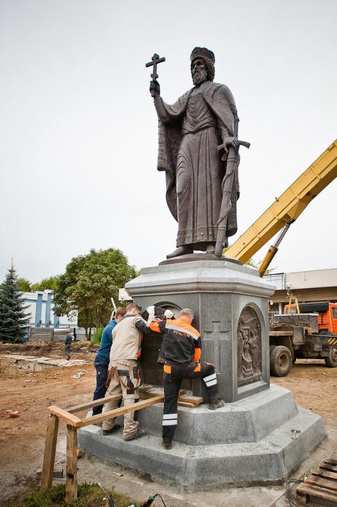 Установка памятника князю Владимиру 03