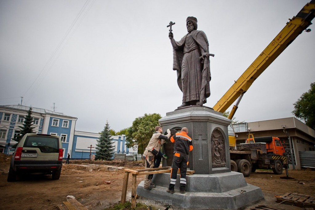Установка памятника князю Владимиру 04