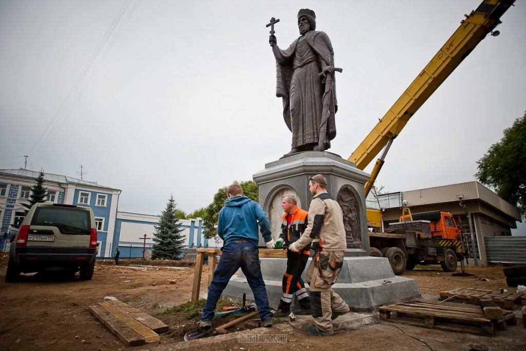 Установка памятника князю Владимиру 05