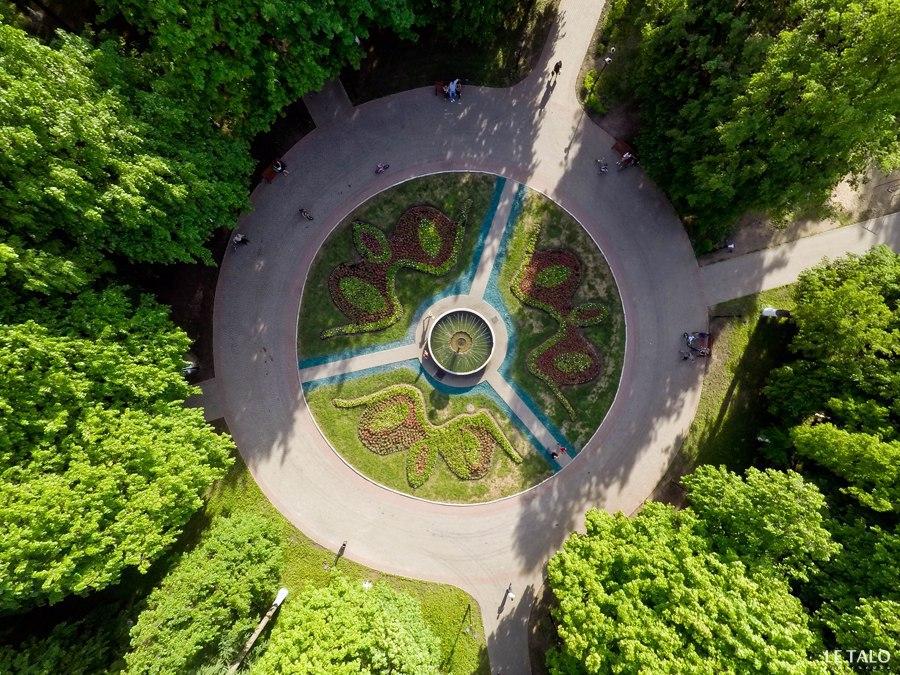 Владимирский фонтан. Зимой и летом разным цветом 02
