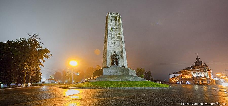 Монумент в честь 850-летия города Владимира. Автор - Сергей Лакеев