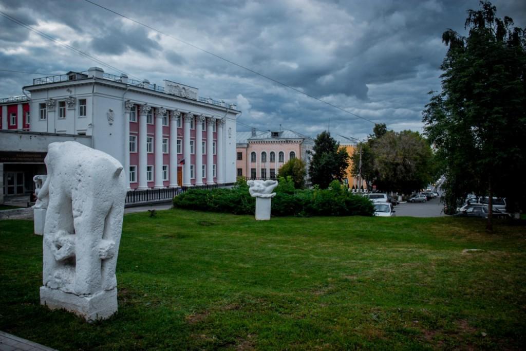 Непонятные скульптуры во Владимире 01
