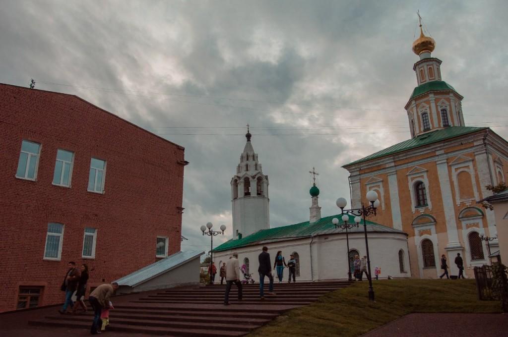 Пешеходная зона во Владимире вечером 02