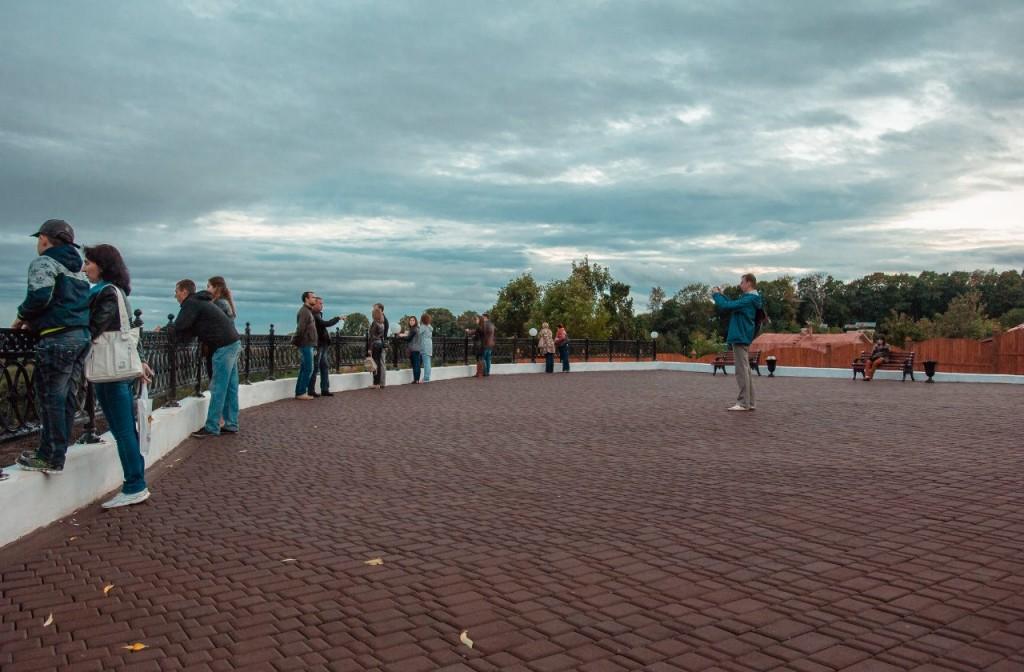 Пешеходная зона во Владимире вечером 03