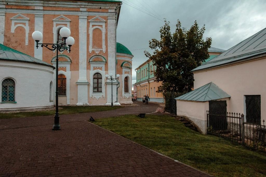 Пешеходная зона во Владимире вечером 04