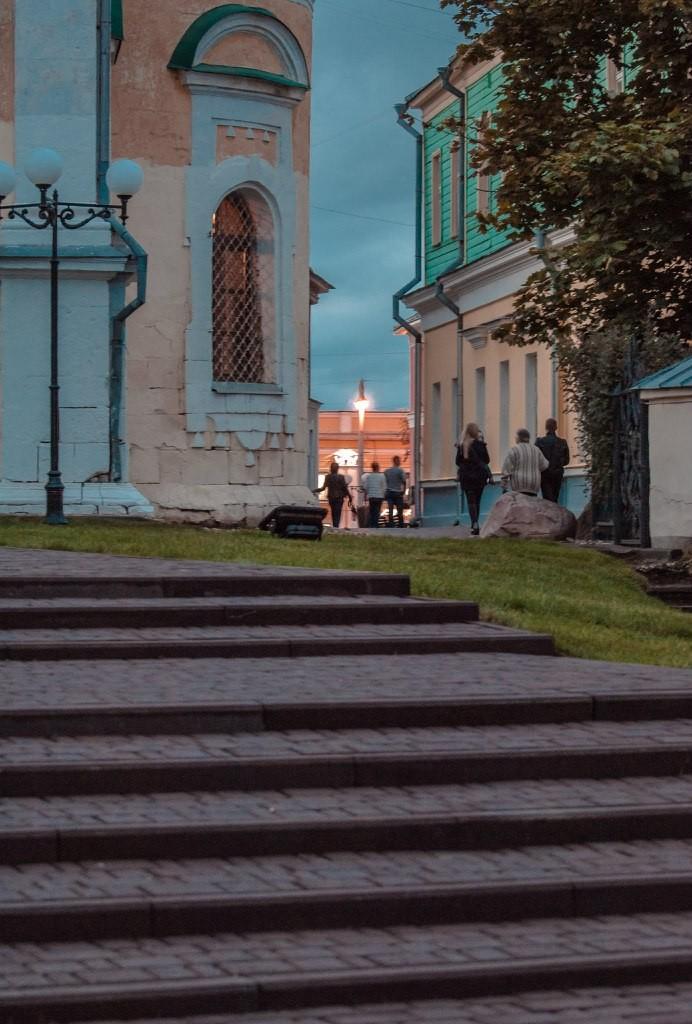 Пешеходная зона во Владимире вечером 19