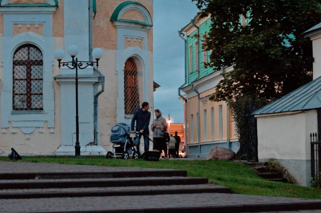 Пешеходная зона во Владимире вечером 20
