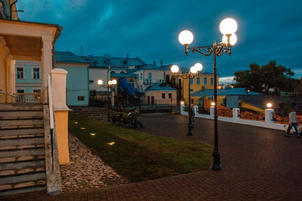 Пешеходная зона во Владимире вечером 30