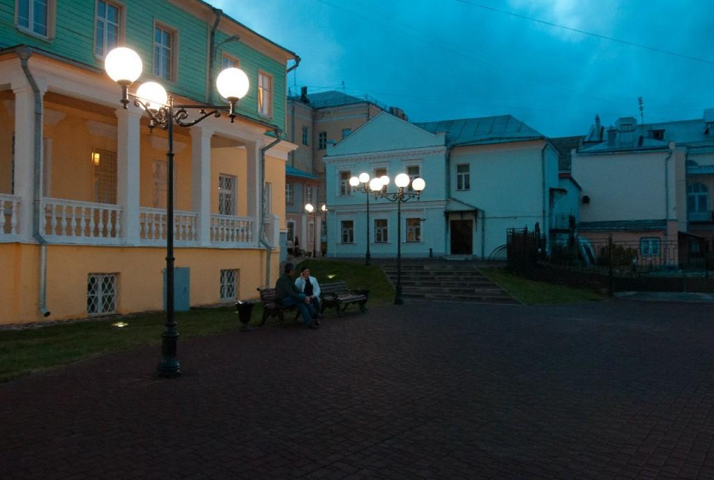 Пешеходная зона во Владимире вечером 32