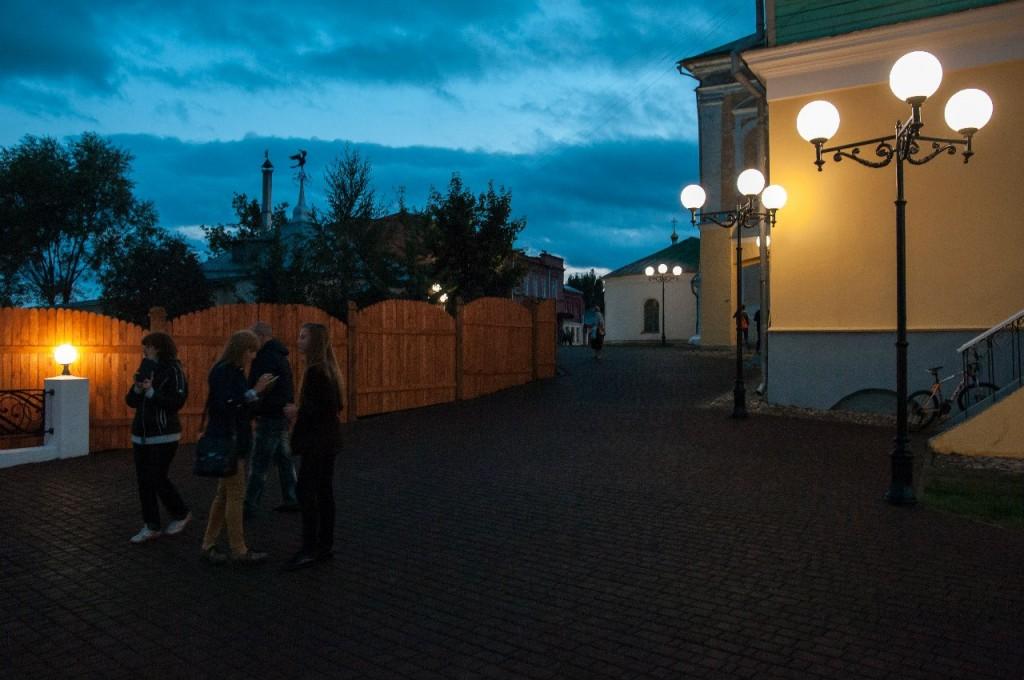 Пешеходная зона во Владимире вечером 33