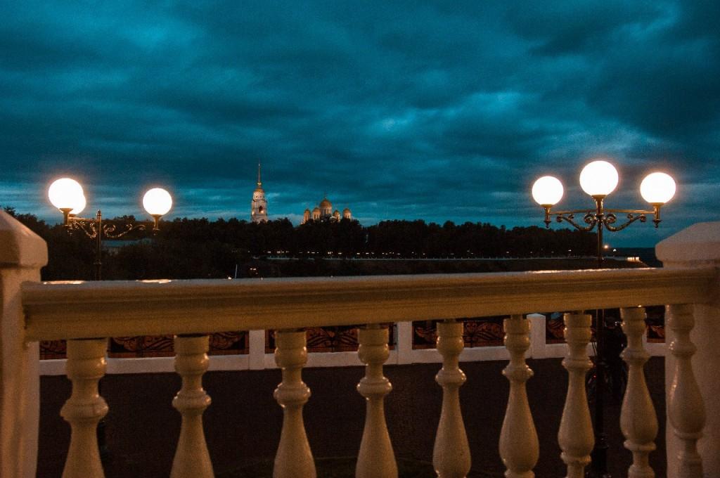 Пешеходная зона во Владимире вечером 37