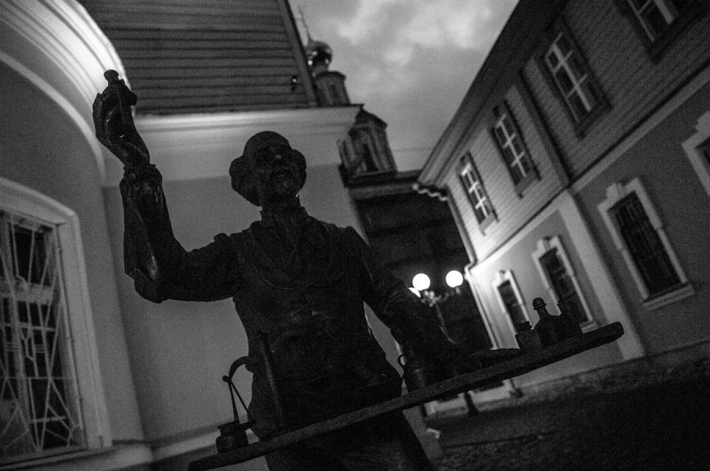 Пешеходная зона во Владимире вечером 41