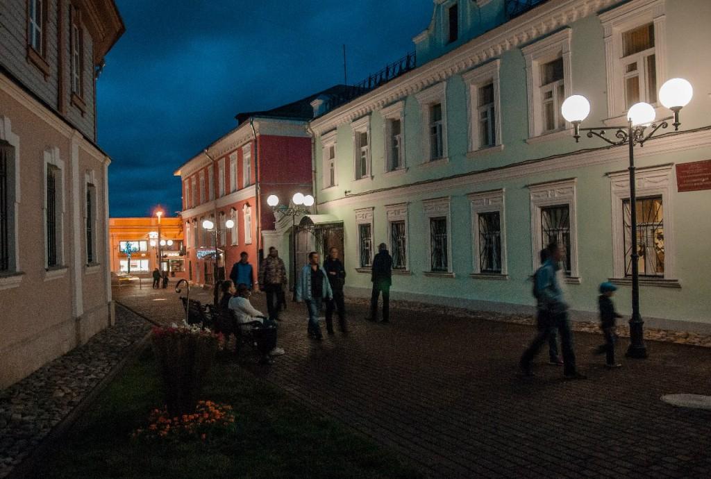 Пешеходная зона во Владимире вечером 43