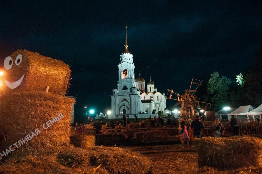 Пешеходная зона во Владимире вечером 52