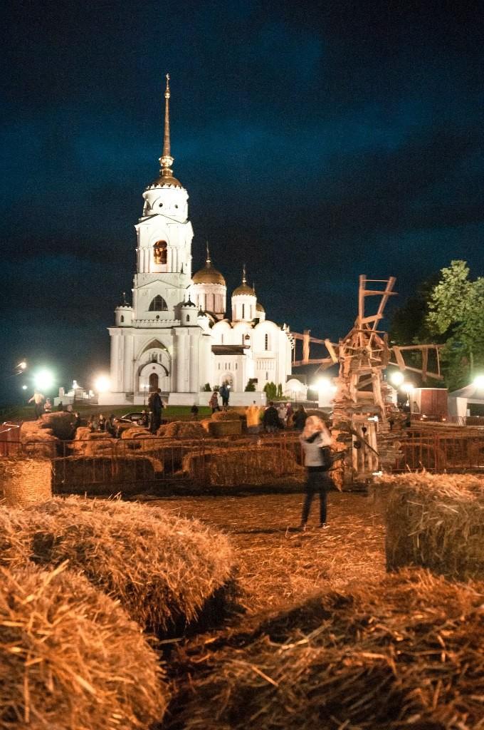 Пешеходная зона во Владимире вечером 53