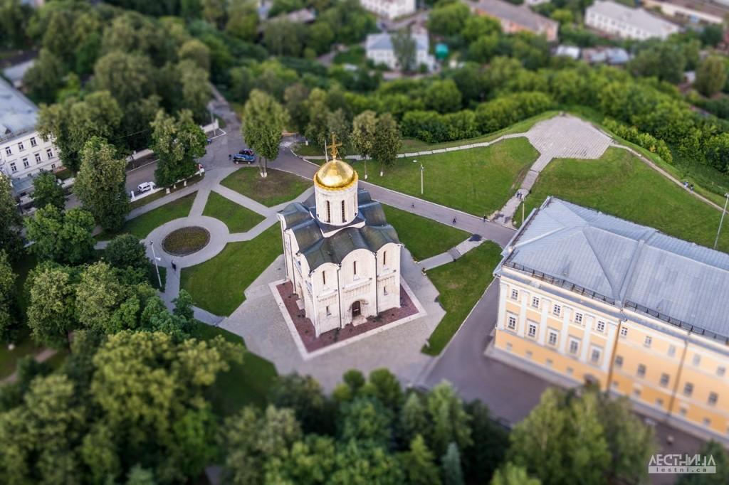 Птичка на вершине креста Дмитриевского собора 03