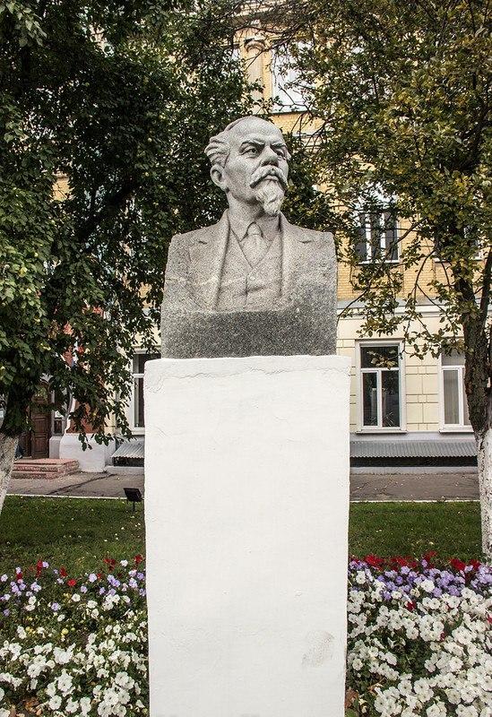 Бюст Лебедева-Полянского во Владимире 01