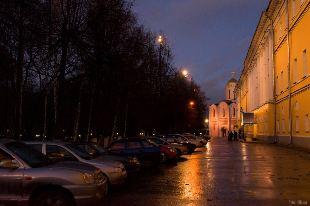 Вечером возле палат во Владимире