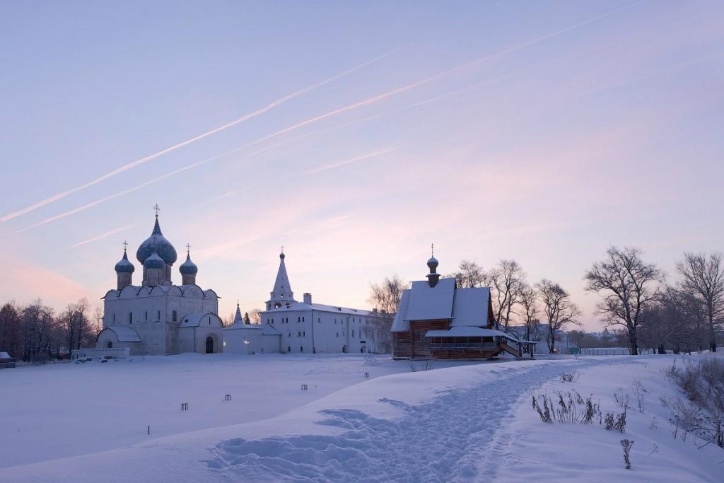 Нежный рассвет над Суздальским кремлем