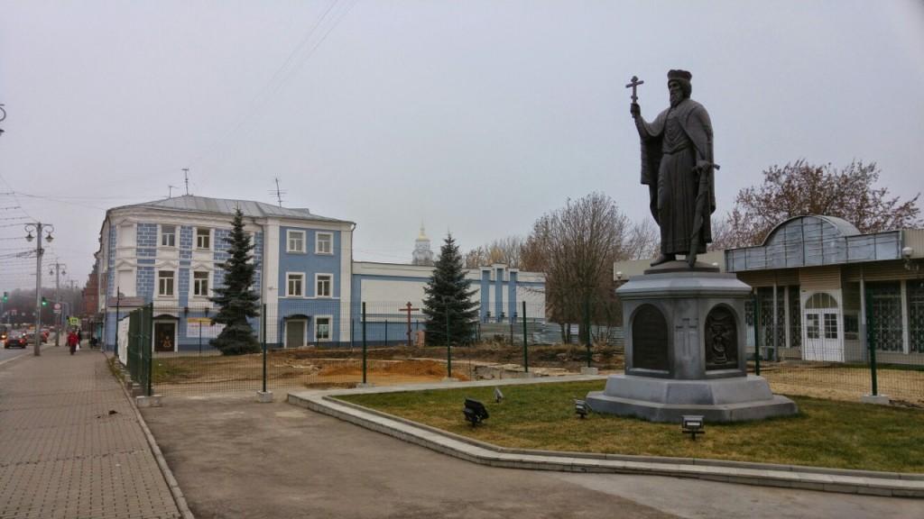 Около памятника князю Владимиру