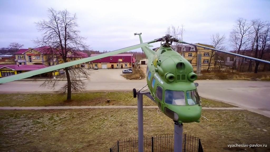 Памятник-вертолет Ми-2 в честь 70-летия Победы в Вязниках 01