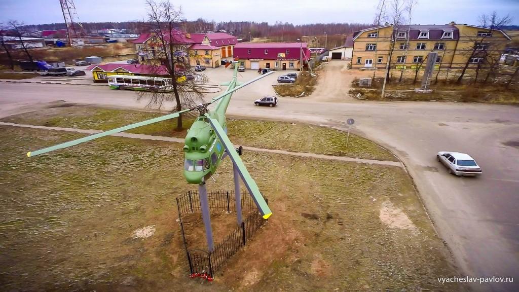 Памятник-вертолет Ми-2 в честь 70-летия Победы в Вязниках 02