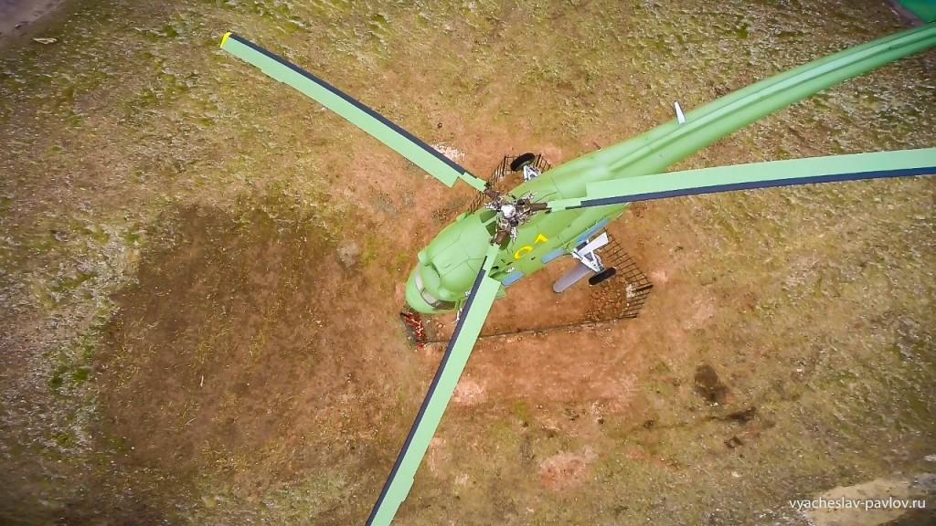 Памятник-вертолет Ми-2 в честь 70-летия Победы в Вязниках 03