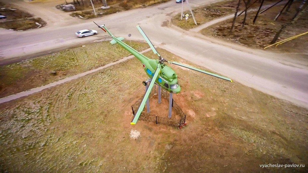 Памятник-вертолет Ми-2 в честь 70-летия Победы в Вязниках 04