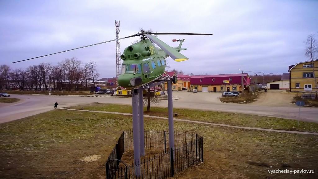 Памятник-вертолет Ми-2 в честь 70-летия Победы в Вязниках 05