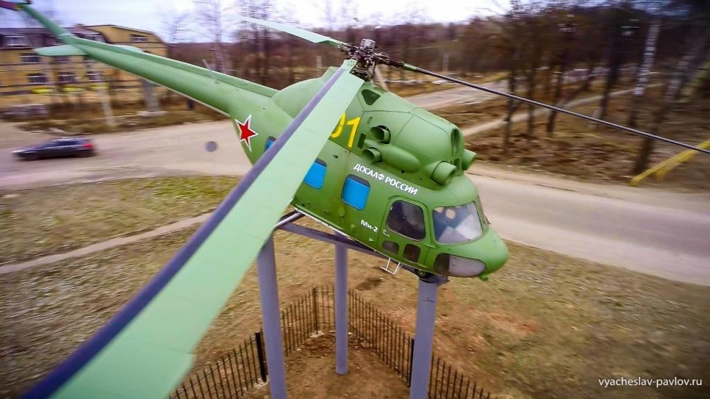 Памятник-вертолет Ми-2 в честь 70-летия Победы в Вязниках 06