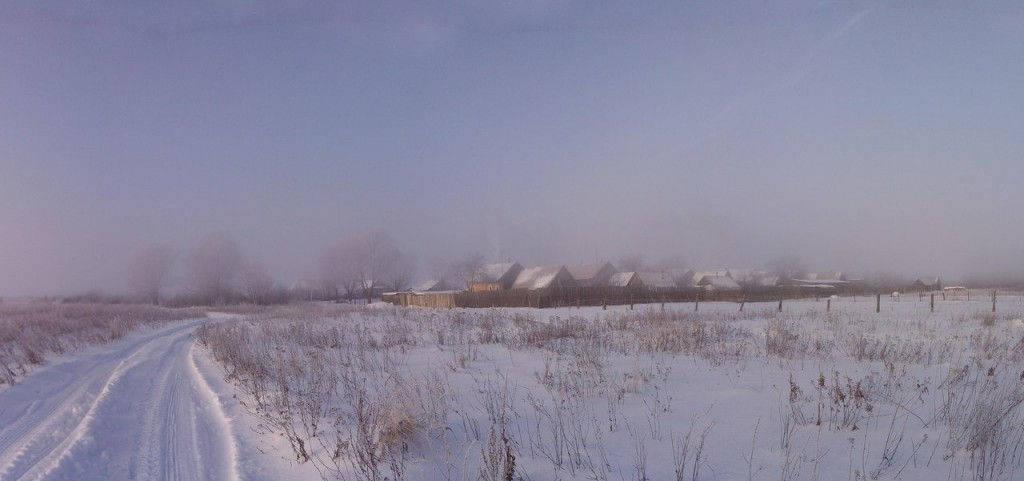 Здесь облака легли на землю, морозным маревом укутав