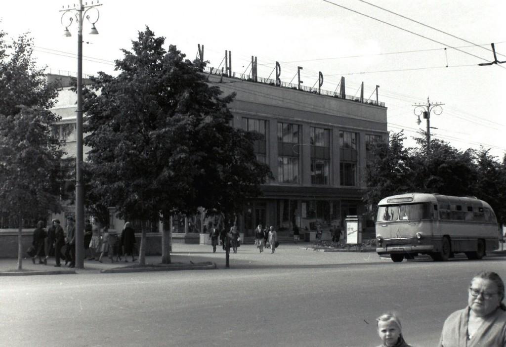 Автобус ЛАЗ-695Б Московская улица (ныне Дворянская) 1960-е годы.