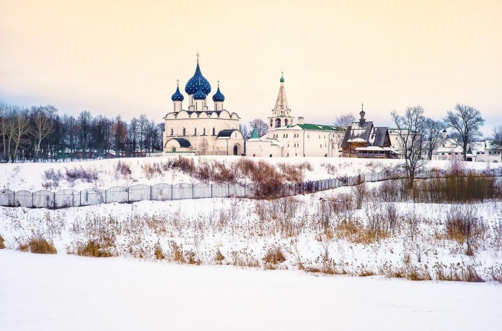 Вид на Суздальский кремль, Рождественский собор и деревянную Никольскую церковь