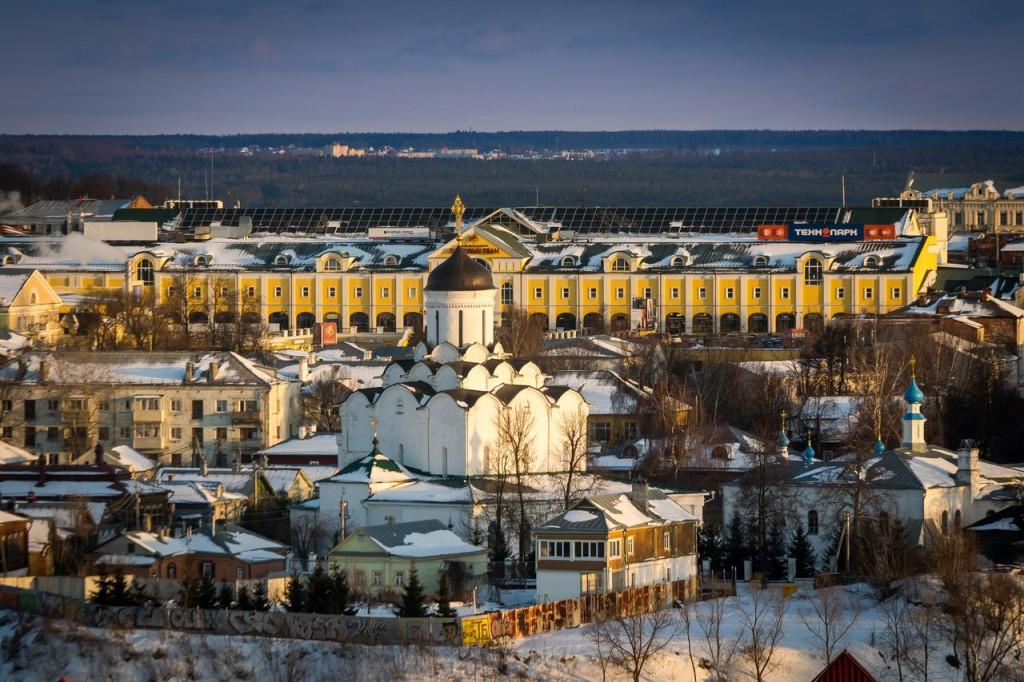 Заходящее солнце освещает Успенский Княгинин женский монастырь. Владимир