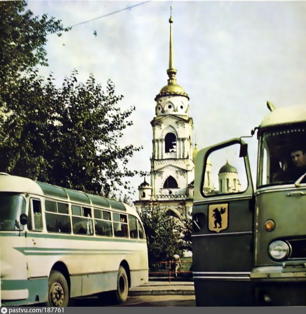 Стоянка экскурсионных автобусов у Успенского собора