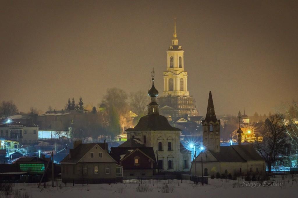 Суздаль. Вид с Ильина луга на Преподобенскую колокольню Ризоположенского монастыря и Богоявленскую церковь