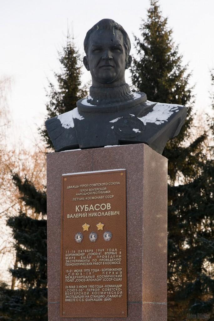 г. Вязники, памятник дважды герою Кубасову Валерию Николаевичу.