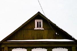 Дома с резными наличниками в маленьком поселке Городищи
