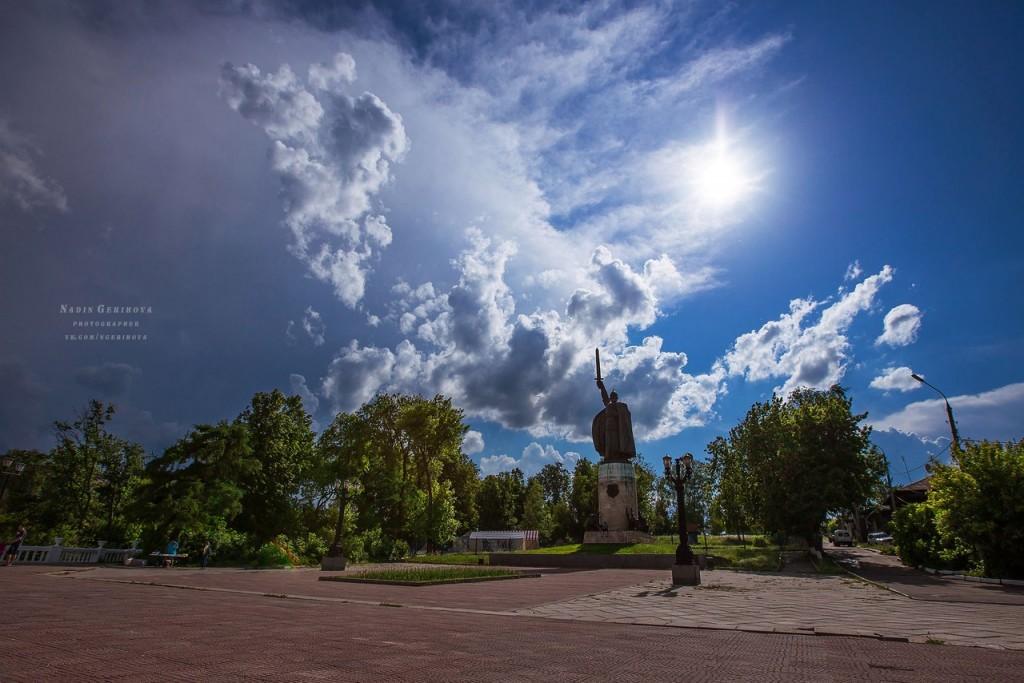 Памятник Илье Муромцу в г. Муром, 27 мая 2016 г. перед грозой