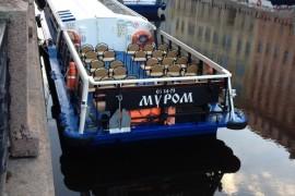 Кораблик «Муром» плавает по Неве