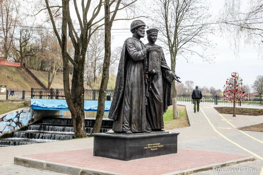 Памятник Петру и Февронии Муромским в Сергиев Посаде 01