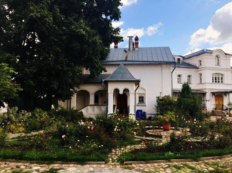 Территория Свято-Благовещенского монастыря