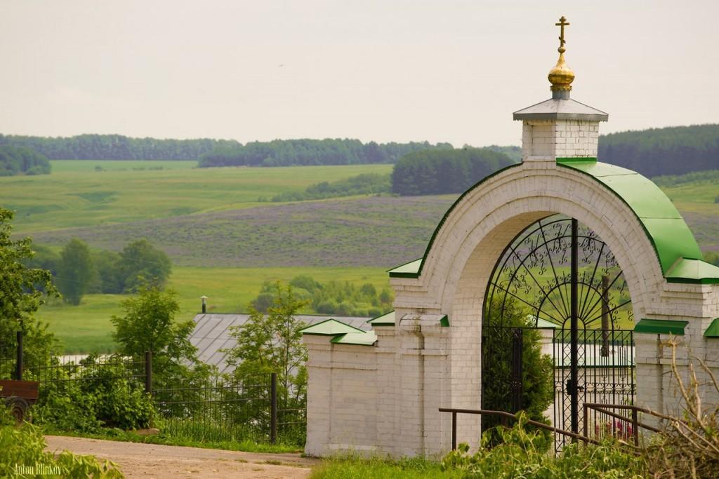 Село Небылое, вход в Успенский Космин монастырь