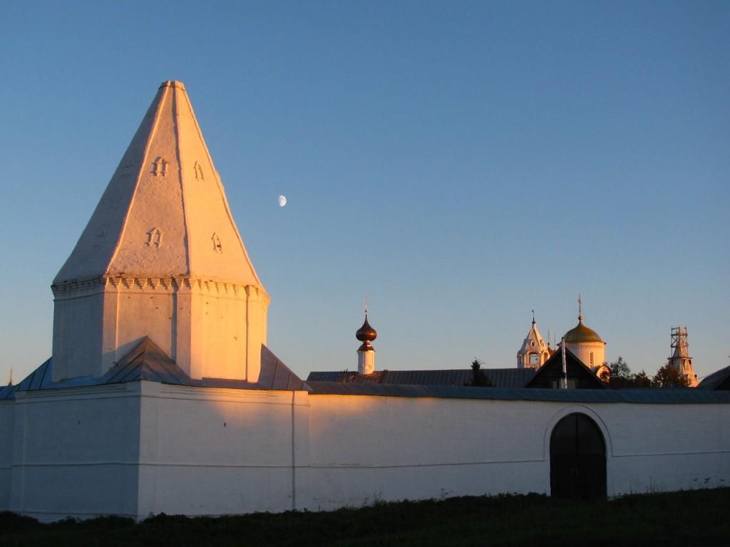 Суздаль, стены Покровского монастыря