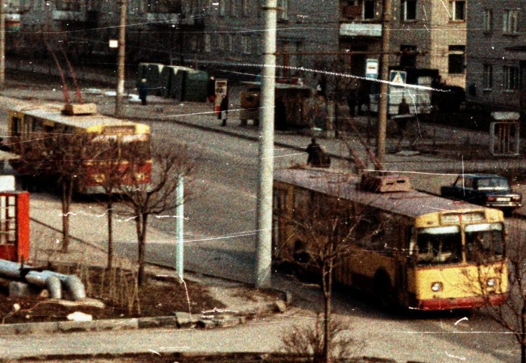 Владимир, ЗиУ-682В № 350 —  маршрут 1 ЗиУ-682В  № 410  —  маршрут 12 Улица Егорова Автор:  Alex_George.  Дата: Март 1992 г.
