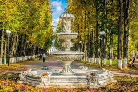 Солнечный осенний день в городском парке Владимира