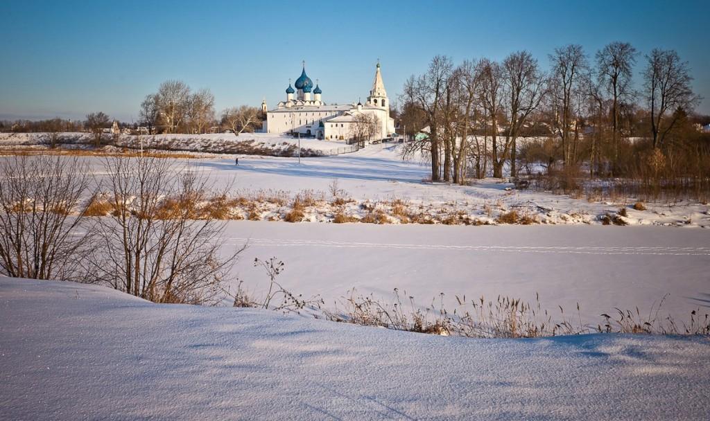 Покрытый снегом город Суздаль 02